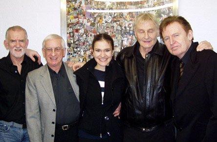 Слева направо: Род Дэвис (Rod Davis), Колин Хантон (Colin Hanton), Женя Ененко, Лен Гарри (Len Garry), Майк Маккартни (Mike McCartney).