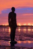 Пляж около Ливерпуля украсят 100 чугунных статуй мужчин
