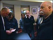 Том Миллс (справа), нашедший карточку