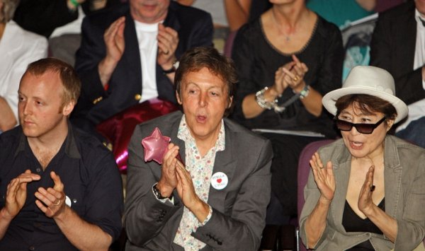 Пол Маккартни, Йоко Оно и Оливия Харрисон посетили фэшн-показ Стеллы Маккартни в Ливерпуле