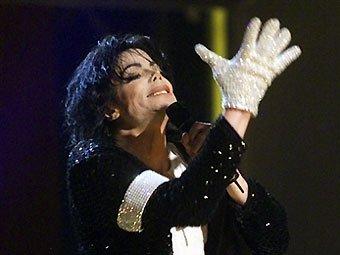 Майкл Джексон на сцене в знаменитой перчатке. Фото ©AFP