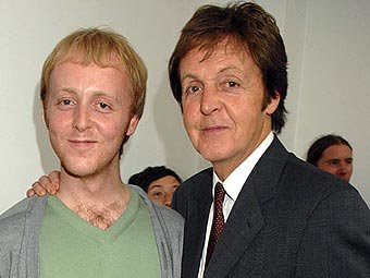 Джеймс и Пол Маккартни. Фото с сайта beatlesclubmanchester.com