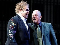 Элтон Джон (слева) и Билли Джоэл во время концерта. Фото ©AP