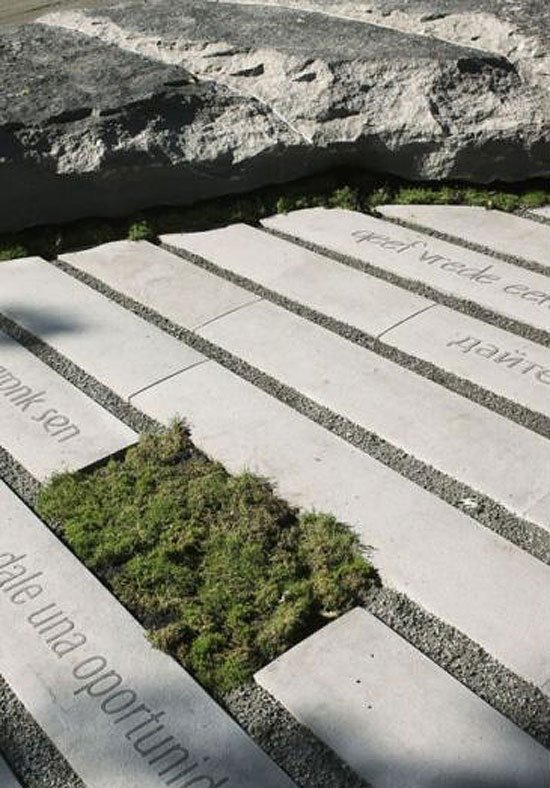 В Монреале творчество Леннона увековечили в камне