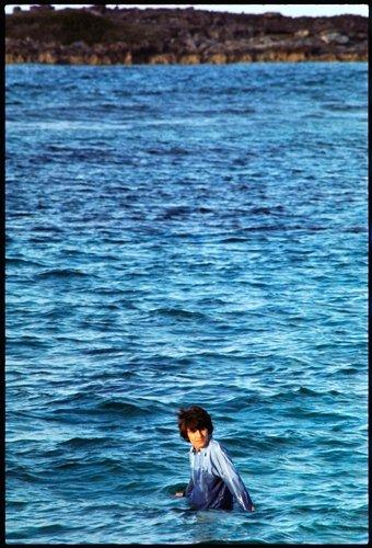 Джордж Харрисон на Багамских островах, во время съемки фильма Help! 1965 год