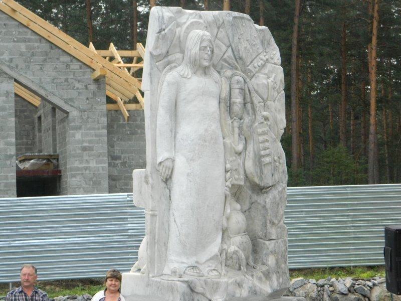 На Алтае открыт памятник Джону Леннону