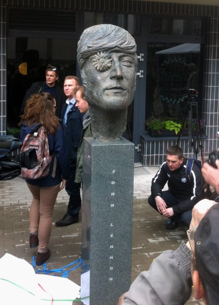 В Вильнюсе открыли памятник Джону Леннону