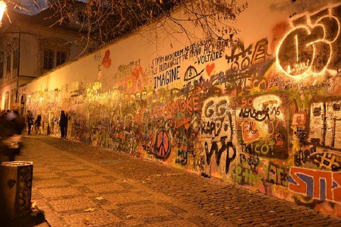 Свободное рисование на стене Леннона в Праге запретят